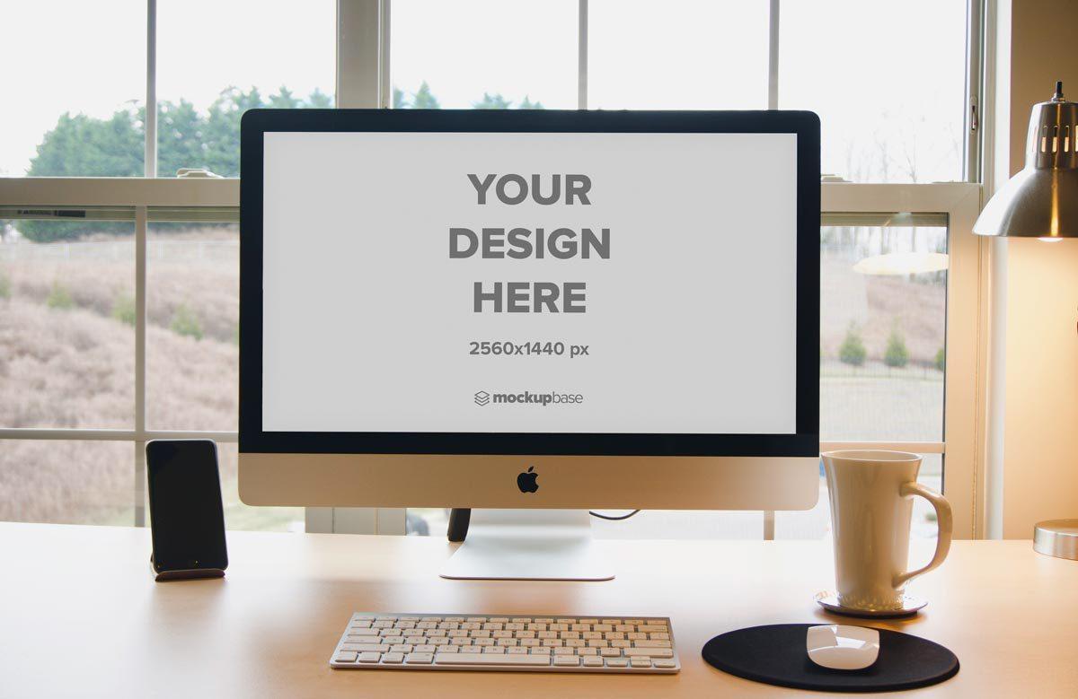 Free iMac 27″ Mockup on a des